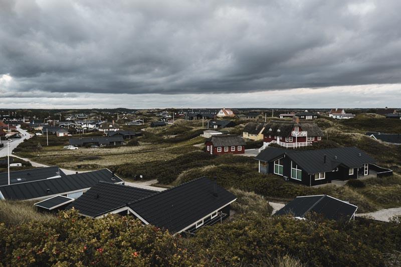 Blick über den Touristenort Henne Strand vom Aussichtspunkt in den Dünen