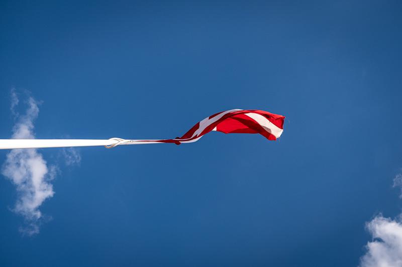 Die Dänische Flagge im Sonnenschein an der Dänischen Nordsee