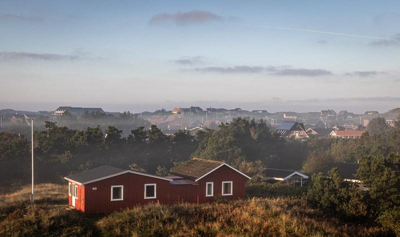 Ferienhaus an der Dänischen Nordseeküste im Morgennebel