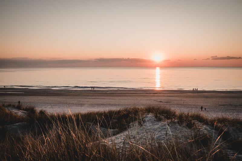 Sonnenuntergang in den Dünen von Henne Strand