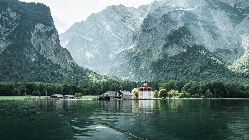 urlaub-im-berchtesgadener-land-fahrt-mit-elektrobooten-auf-dem-königssee