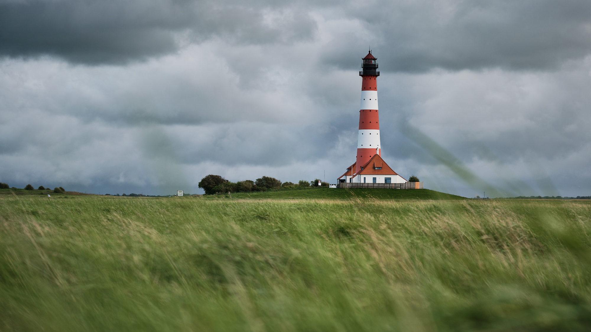 Dramatischer Himmel am Leuchtturm Westerheversand